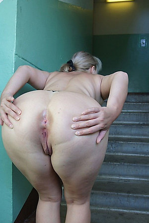 Mature BBW flashers showing their assholes