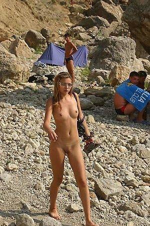 A hot lady posing at theRarawa Nudist