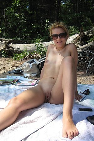 amateur woman posing nude on beach